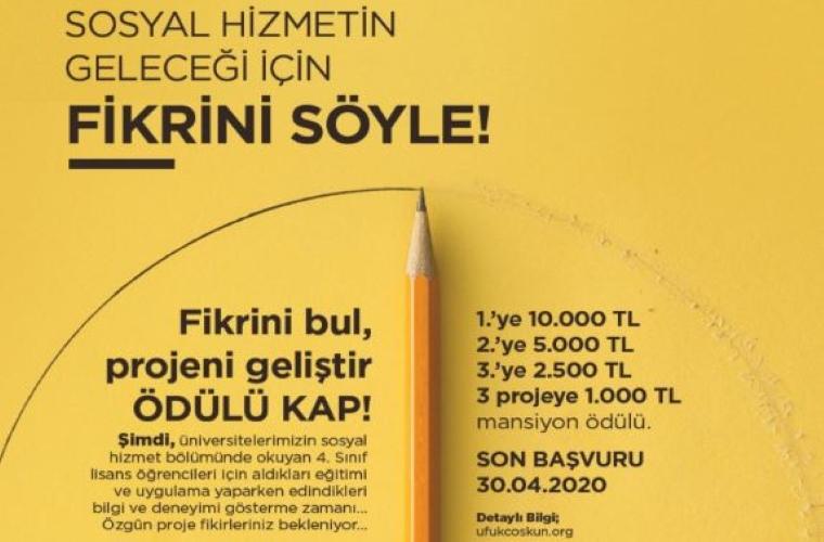 Sosyal Hizmet Proje Yarışması görselidir. Görselde sarı fonda yarışma bilgileri yer almakta ve kalemle yarım daire çizilmiş ve kalem durmakta.