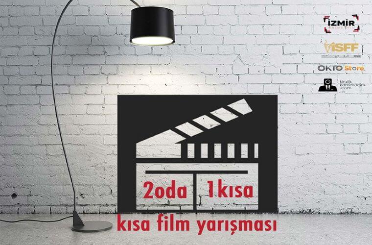 2 Oda 1 Kısa Evde Kısa Film Yarışması duyuru görselidir. Görselde bir film sahne göstergesi ve çalışma masası ışığı görülmektedir.