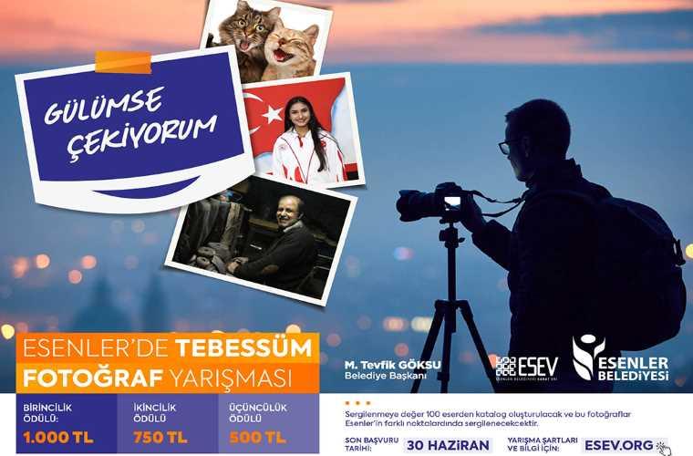 Esenler'de Tebessüm Fotoğraf Yarışması duyuru görselidir. Görselde gün batımında tripodlu makineyle fotoğraf çeken bir kişi görülmekte. Ayrıca ön tarafta fotoğraf kağıtlarında görülen kişiler ve fotoğrafları yer almaktadır.