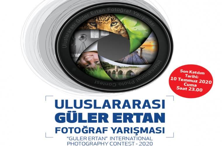Uluslararası Güler Ertan Fotoğraf Yarışması duyuru görselidir. Görselde bir fotoğraf makinası lensi görülmekte, lensin içinde de farklı fotoğraflara dair görseller yer almaktadır yuvarlak şeklinde.