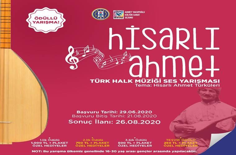 Hisarlı Ahmet Türk Halk Müziği Ses Yarışması duyuru görselidir. Görselde kırmızı bir fon üzerinde bağlama (saz) görülmektedir. Ayrıca sanatçının fotoğrafının da yer aldığı görselde yarışma bilgileri yer almaktadır.