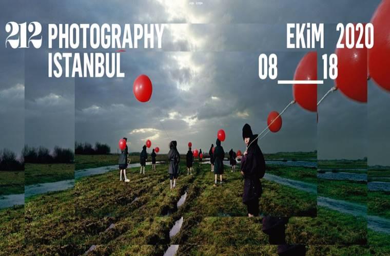 212 Photography İstanbul Fotoğraf Yarışması duyuru görselidir. Görselde bir tarlada sırtı dönük yürüyen gencin elinde savrulan kırmızı balonlar görülmektedir.