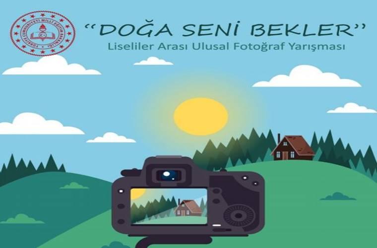Liseliler Arası Ulusal Fotoğraf Yarışması duyuru görselidir. Görselde doğa manzarasının önünde duran bir fotoğraf makinası ikonu görülmektedir.