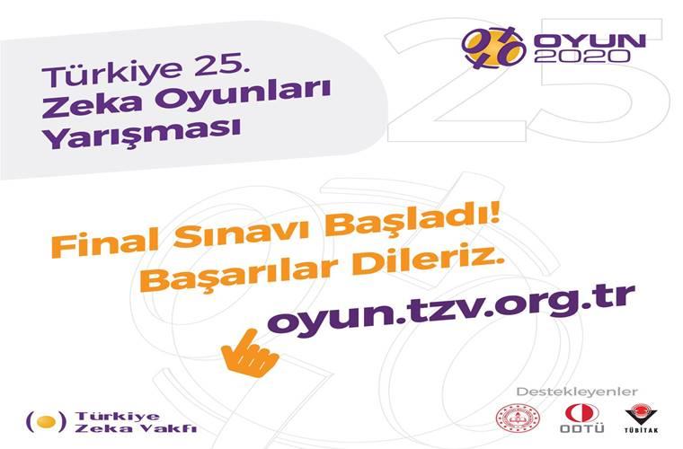 Türkiye Okullar Arası Zeka Oyunları Şampiyonası duyuru görselidir. Görselde beyaz fonda turuncu ve mor renklerle yarışma bilgileri yazmaktadır. Ayrıca bir imleç görülmektedir.