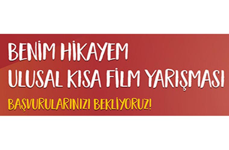 Ulusal Kısa Film Yarışması duyuru görselidir. Görselde kırmızı fon üzerinde yarışma adı yazmaktadır.