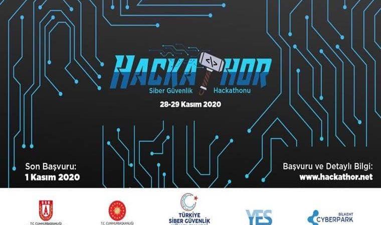 Hackathor Siber Güvenlik Yarışması duyuru görselidir. Görselde anakartların üzerinde yer alan bağlantı yollarına benzer çizgisel yollar vardır. Siyah fonda mavi yazıyla hackathor yazmaktadır. Bu kelimenin T harfi Thor filmindeki başrolün elinde duran balyoza benzetilmiştir.