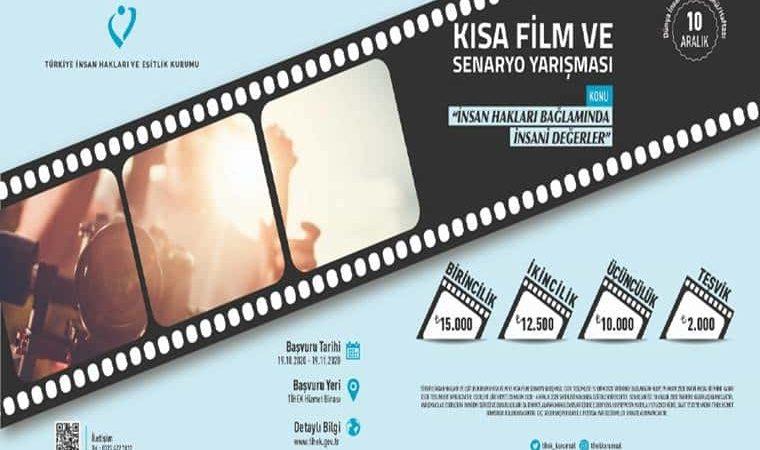 Görselde mavi fon üzerinde siyah film şeridi yer almaktadır. Siyah film şeridinin içinde gün ışığında çekilmiş bir kamera resmi bulunmaktadır. Görselde yarışma başvuru tarihleri ile ödülleri yazılmıştır.