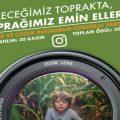 """""""Toprak ve Çocuk"""" Instagram Fotoğraf Yarışması duyuru görselidir. Görselde yeşil bir fonda fotoğraf makinası lensi görülmekte. Lensin içinde tarlada duran bir çocuk resmi yer almaktadır."""