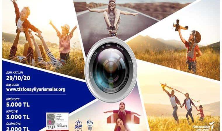 Fotoğrafın ortasında bir kamera merceği vardır. Merceğin etrafında ellerini kanat gibi açmış çocuklar ve ailelerin fotoğrafları yer almaktadır. Görselin sağ tarafında yarışma ile ilgili yazılar yer almaktadır.