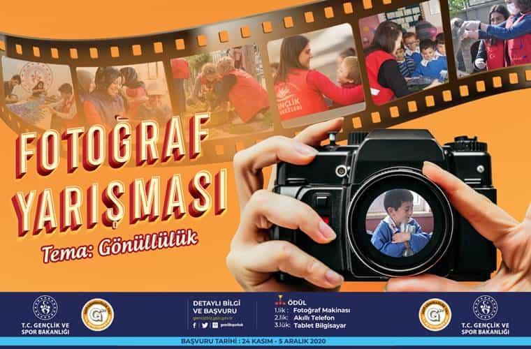 Dünya Gönüllüler Günü Fotoğraf Yarışması duyuru görselidir. Görselde eski fotoğraf şeridi görülmekte ve içerisinde Gençlik ve Spor Bakanlığı'nın gönüllülük çalışmalarına dair görüntüler yer almaktadır. Ayrıca bir elde fotoğraf makinası görülmektedir.
