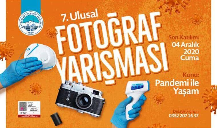 Pandemi ile Yaşam Ulusal Fotoğraf Yarışması duyuru görselidir. Görselde turuncu fonda pandemide sıkça görülen ateşölçer, maske, eldiven görülmekte.