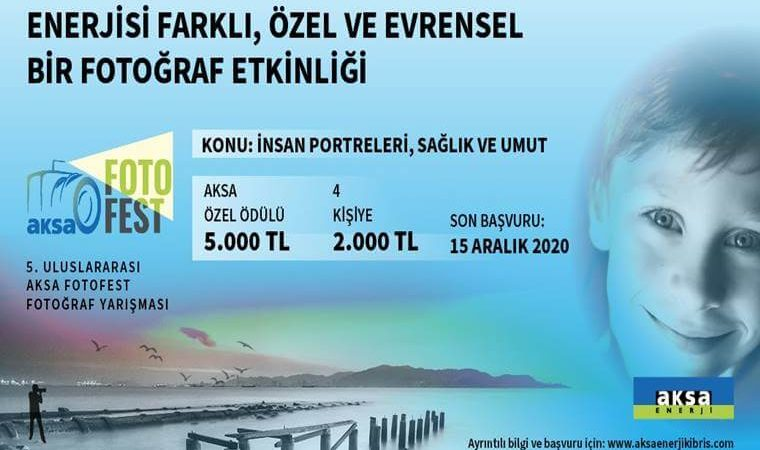 Uluslararası Aksa Fotofest Fotoğraf Yarışması duyuru görselidir. Görselde bir deniz manzarası görülmekte ön tarafta bir çocuk fotoğrafı yer almaktadır. Mavinin tonlarını içeren görselde yarışma bilgileri yer almaktadır.