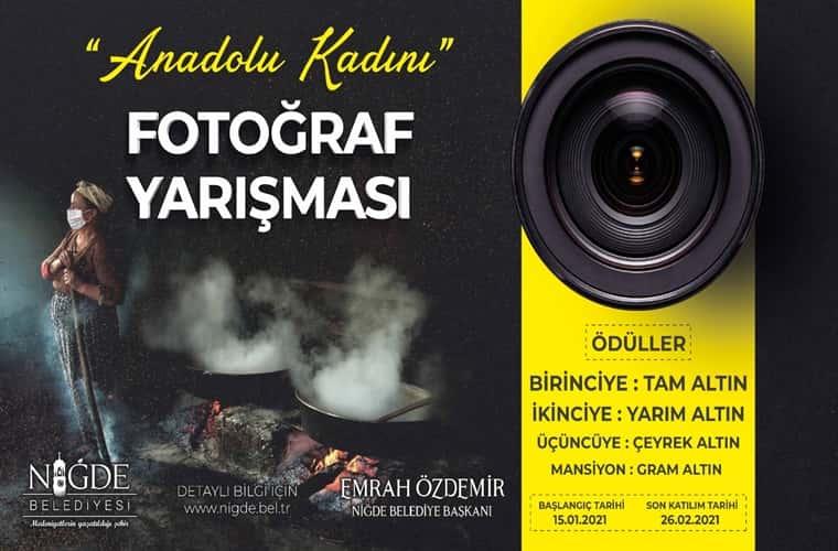 Anadolu Kadını Temalı Fotoğraf Yarışması duyuru görselidir. Siyah ve sarı iki şeritten oluşan görselde sarı şeritte bir fotoğraf makinası lensi görülmekte siyah şeritte ise yarışma bilgileri yer almaktadır.