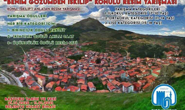 Benim Gözümden İskilip Resim Yarışması duyuru görselidir. Görselde İskilip'e ait havadan çekilmiş bir fotoğraf görülmekte ve yarışma bilgileri yer almaktadır.