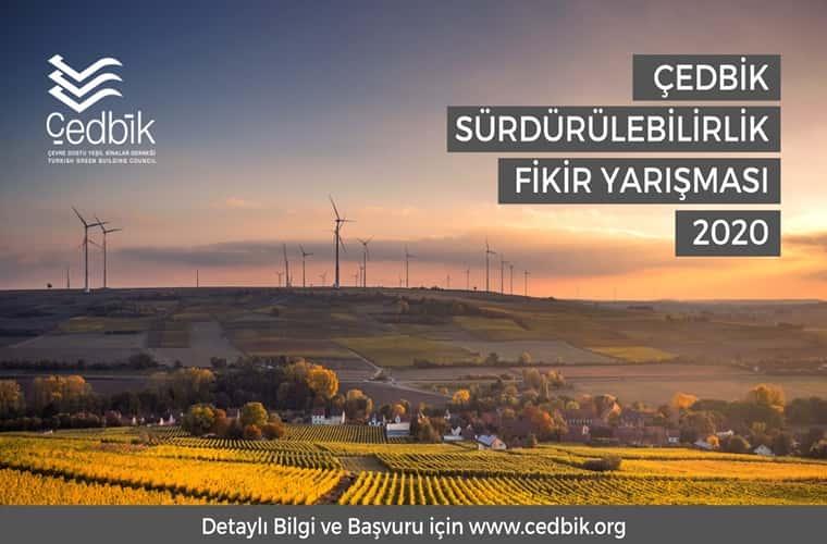 ÇEDBİK Sürdürülebilirlik Fikir Yarışması duyuru görselidir. Görselin arkaplanında yeşil bir vadide rüzgar gülü santralleri görülmekte ve yerleşim yeri yer almaktadır.