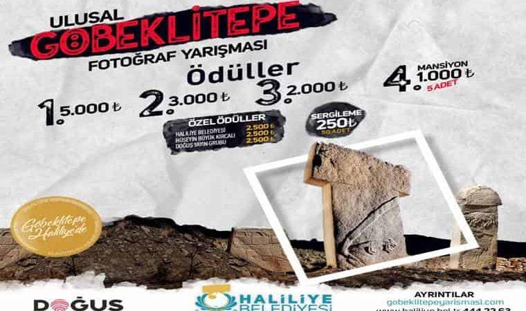 Göbeklitepe Ulusal Fotoğraf Yarışması duyuru görselidir. Görselde Göbeklitepe kazı alanında görülen anıtlar yer almaktadır.