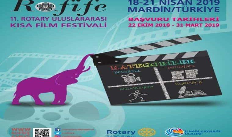 Rofife Kısa Film Festivali Yarışması duyuru görselidir. Görselde bir fil burnuyla bir film klaketini tutmakta ve yarışma bilgileri yer almakta.